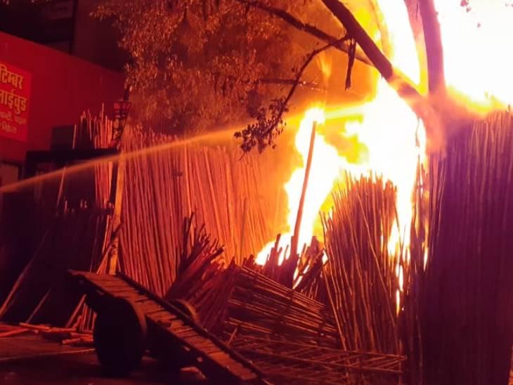 बांस और टिंबर के गोदाम में शॉर्ट सर्किट से लगी आग, दमकल की 6 गाड़ियों ने लपटों पर पाया काबू|कानपुर,Kanpur - Dainik Bhaskar