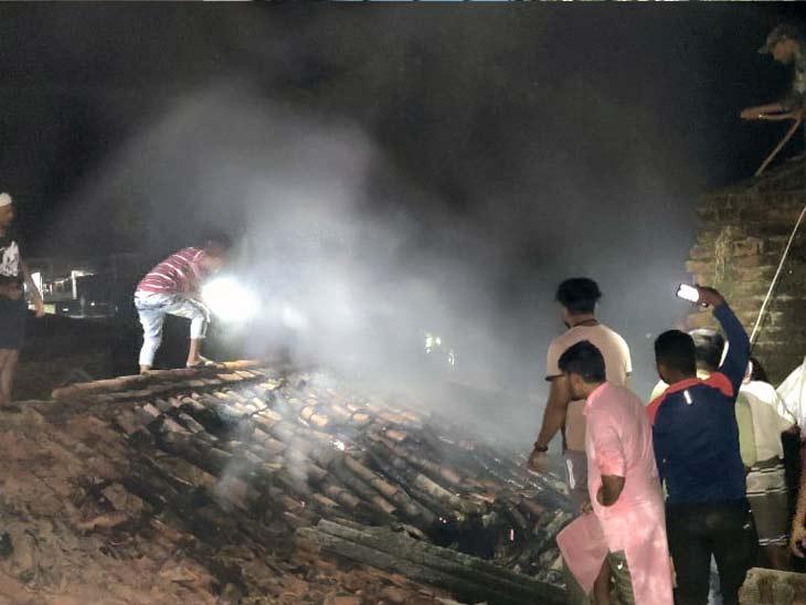आग बुझाने के प्रयास में जुटे लोग। - Dainik Bhaskar