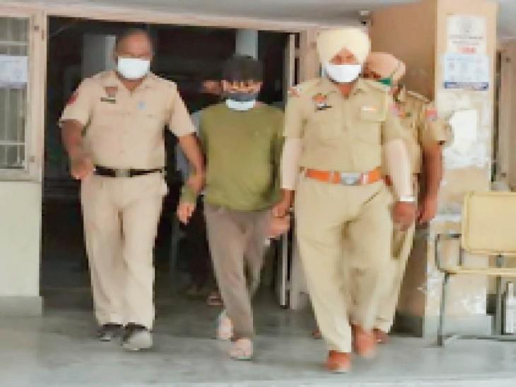 अरशद खान को रिमांड के बाद अदालत से बाहर लाती पुलिस। - Dainik Bhaskar