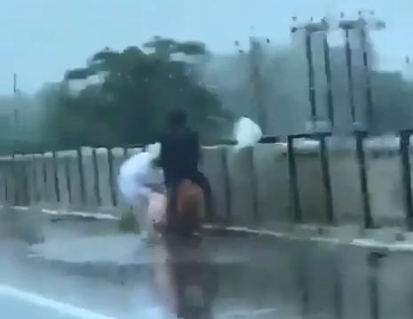 कार से बनाए गए वीडियो में दो लोग शव को नदी में फेंकते दिख रहे हैं। इनमें से एक ने PPE किट पहन रखी है।