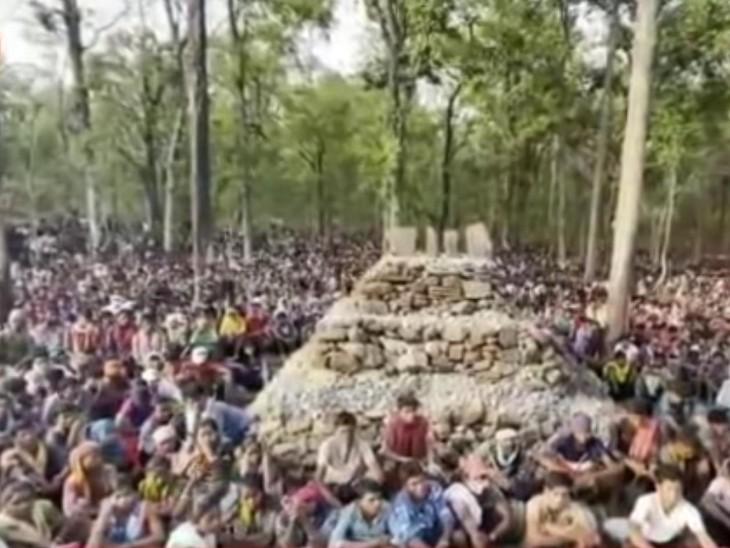 ग्रामीणों ने पुलिस फायरिंग में मारे गए 3 लोगों और भगदड़ में जान गंवाने वाली गर्भवती महिला की याद में स्मारक बना दिया है।