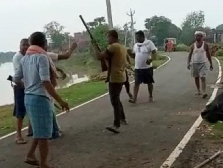 दो पक्षों में पहले रोड़ेबाजी हुई, फिर बदमाशों ने राइफल निकाल कई लोगों के सामने फायरिंग भी कर दी|नालंदा,Nalanda - Dainik Bhaskar