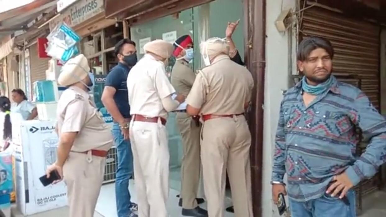 स्टार्ट खड़ी इनोवा को अंदर बैठी बुजुर्ग महिला समेत ले भागा युवक, रास्ते में उतारकर मोबाइल नंबर लिया और बोला- कल वापस कर दूंगा|जालंधर,Jalandhar - Dainik Bhaskar