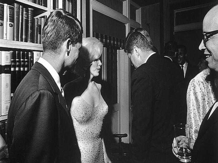 फोटो में जिनकी पीठ दिख रही है वे अमेरिका के राष्ट्रपति जॉन. एफ. कैनेडी हैं। मर्लिन मुनरो और कैनेडी के बीच संबंधों की चर्चा आज भी की जाती है।