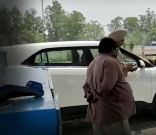 पेट्रोल पंप मालिक के भाई और मैनेजर की आंखों में मिर्ची पाउडर झोंककर 3 लाख लूटे, चार लुटेरों ने की वारदात|जालंधर,Jalandhar - Dainik Bhaskar