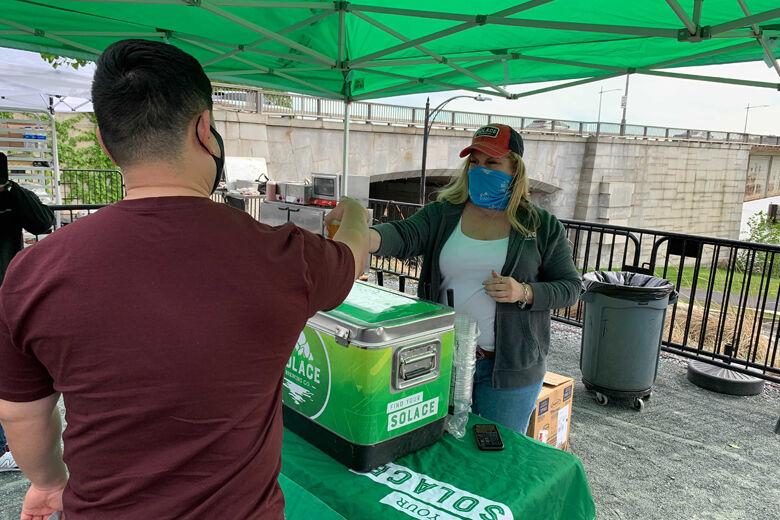 वॉशिंगटन के कैनेडी सेंटर में वैक्सीन लगवाने आए लोगों को सोलेस कंपनी की ओर से फ्री बियर बांटी गई। इसने काफी हद तक लोगों की हिचक को खत्म किया है।