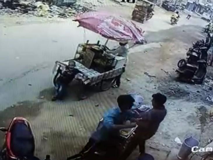 दूध निकालने में देरी हुई तो चार दोस्तों संग सरेआम डेयरी मालिक को पीटा, बाल्टी मारकर सिर फोड़ा|मेरठ,Meerut - Dainik Bhaskar