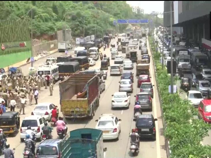 सोमवार को मुंबई की सड़कों पर इतना ट्रैफिक रहा कि जाम लग गया।