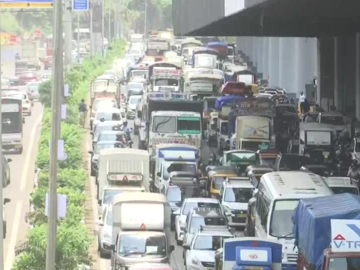 इस तरह वाहनों की कतार देखकर CM उद्धव ठाकरे ने हार्ड लाकडाउन लगाने की चेतावनी दी।
