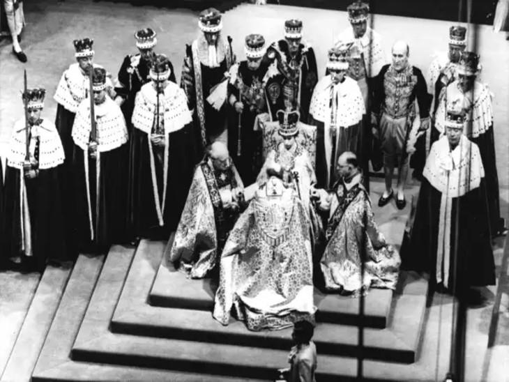 एलिजाबेथ को शाही परिवार की परंपराओं के मुताबिक महारानी का ताज पहनाया गया।