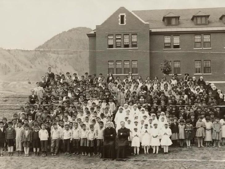 यह तस्वीर साल 1937 की कनाडा के ब्रिटिश कोलम्बिया में स्थित कैम्लूप्स इंडियन रेजिडेंशियल स्कूल की है।