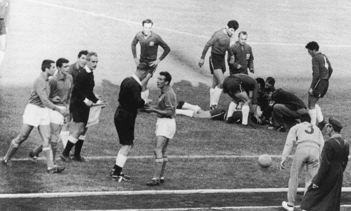 1962: फीफा वर्ल्ड कप के दौरान चिली और इटली के खिलाड़ी आपस में भिड़ गए। फुटबॉल इतिहास में इस घटना को बैटल ऑफ सेंटियागो नाम से जाना जाता है।