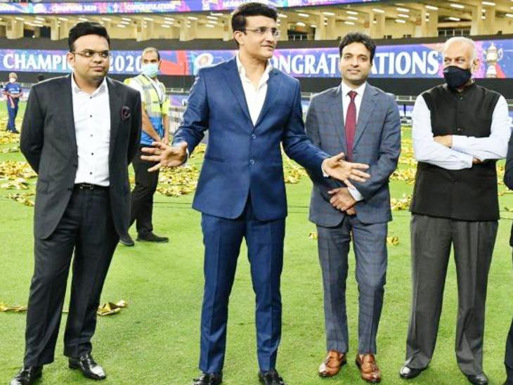 यह फोटो पिछले साल UAE में हुए IPL के दौरान की है। जय शाह और गांगुली के साथ BCCI कोषाध्यक्ष अरुण धूमल और IPL के चेयरमैन बृजेश पटेल हैं।