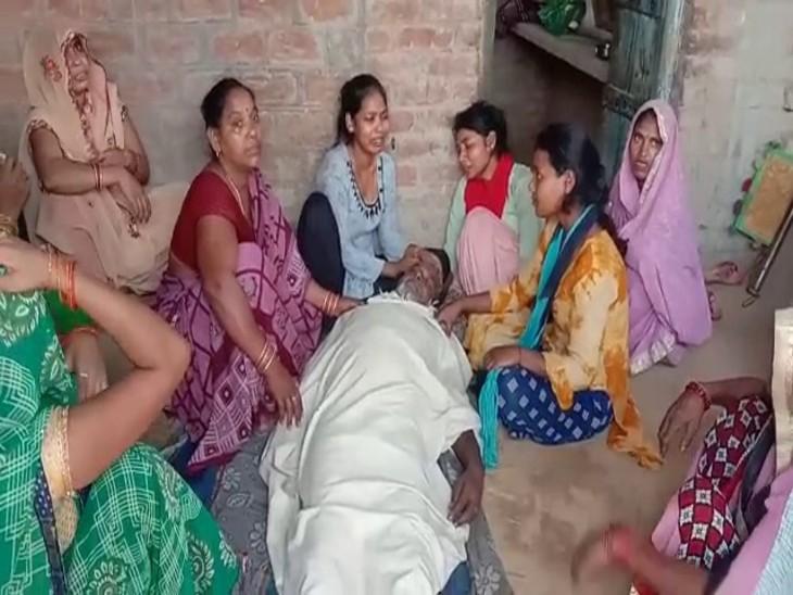 औरैया में कुत्तों का झुंड मोर को घेरकर नोच रहा था; बचाने में किसान ने गंवाई जान, घर का अकेला कमाने वाला था|कानपुर,Kanpur - Dainik Bhaskar