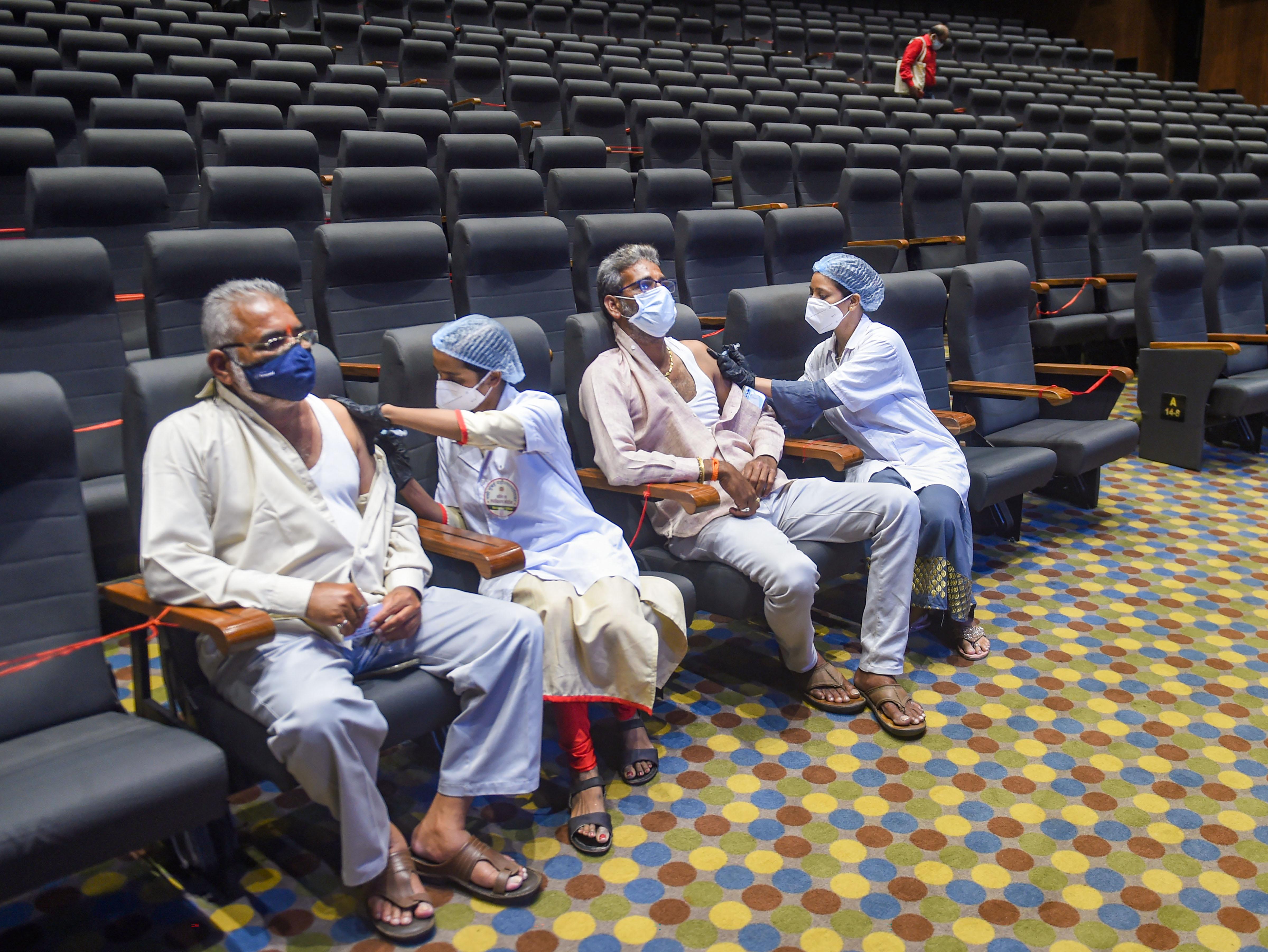 नवी मुंबई के एक ड्रामा थिएटर में मंगलवार को वैक्सीनेशन किया गया।