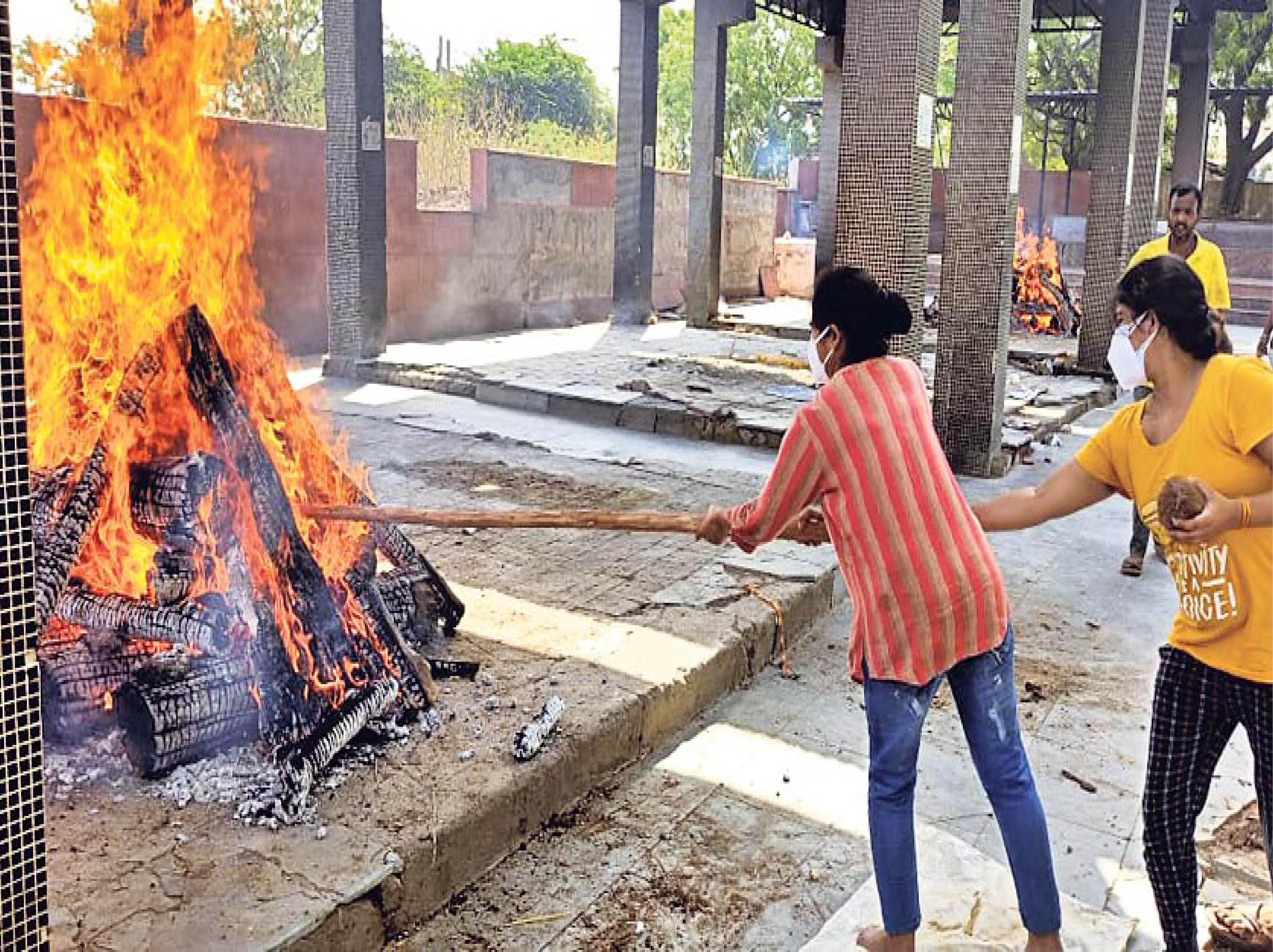 कोरोना ने पिता को तो ब्लैक फंगस ने मां को छीना।  27 मई को दोनों बेटियों ने मां को मुखाग्नि दी। - Dainik Bhaskar