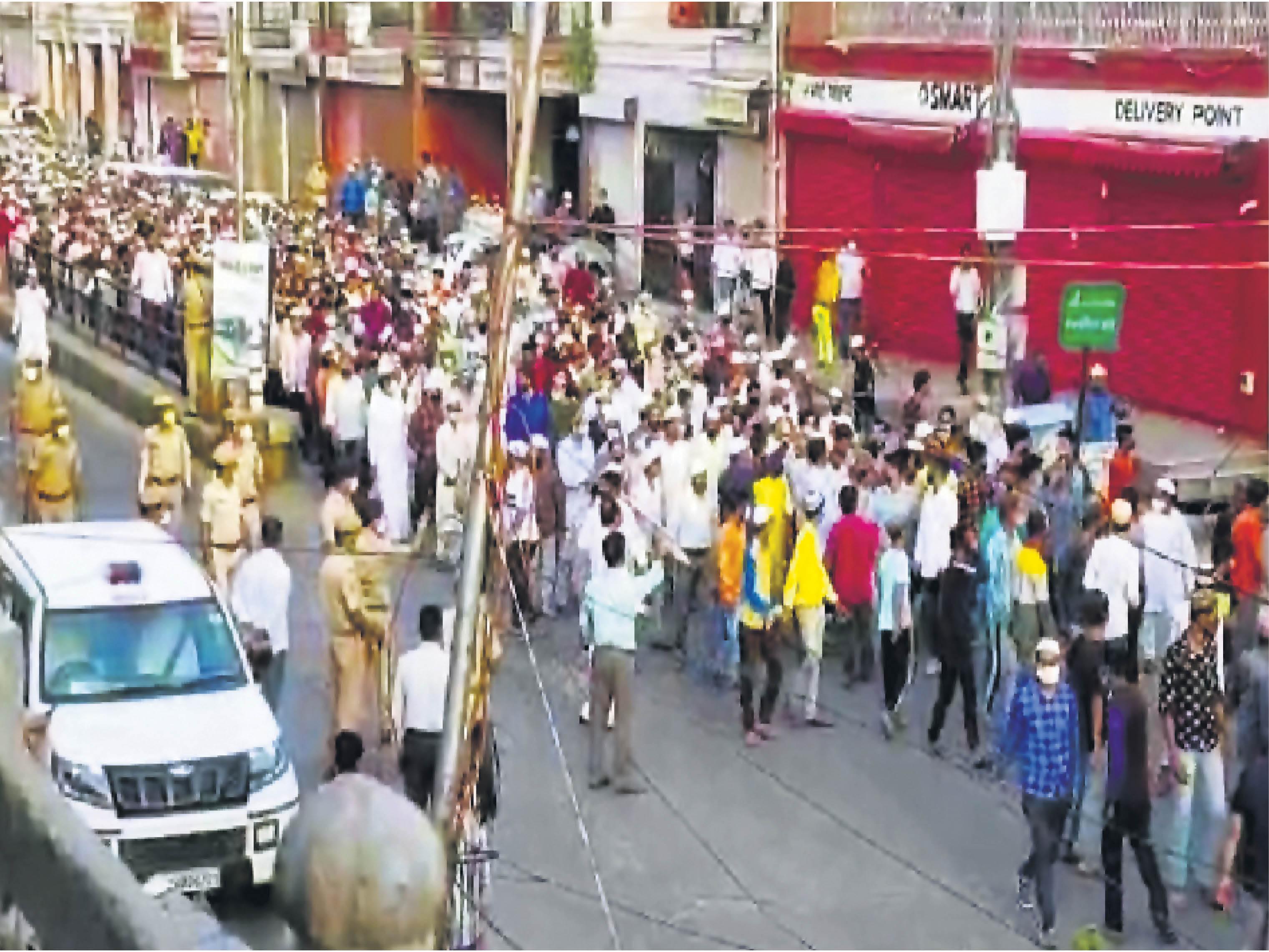 जनाजे के समय हजारों लाेगों के साथ पुलिस के करीब साै जवान भी मौजूद थे। इनमें डीसीपी अनिल पारिस देशमुख, आरपीएस सुमित शर्मा, सुनील शर्मा, रामगंज थाना प्रभारी बीएल मीना, सुभाष चाैक थाना प्रभारी भूरिसिंह शामिल थे।