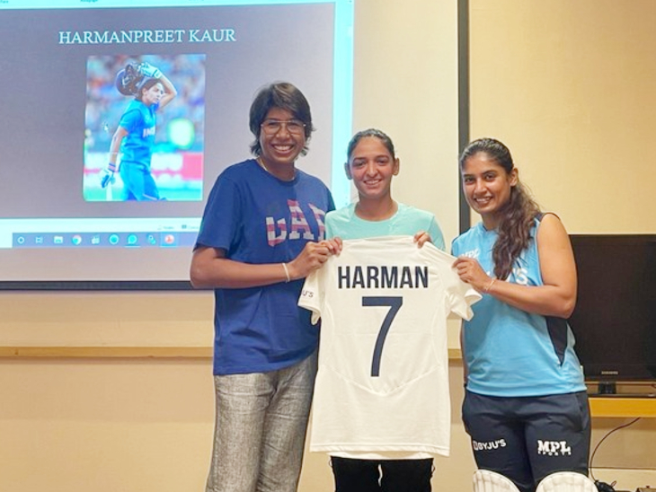 इंग्लैंड के खिलाफ 7 साल बाद टेस्ट मैच के लिए जर्सी लॉन्च करतीं भारतीय महिला टीम की कैप्टन मिताली राज (दाएं)। साथ में हैं हरमनप्रीत कौर (बीच में) और झूलन गोस्वामी।