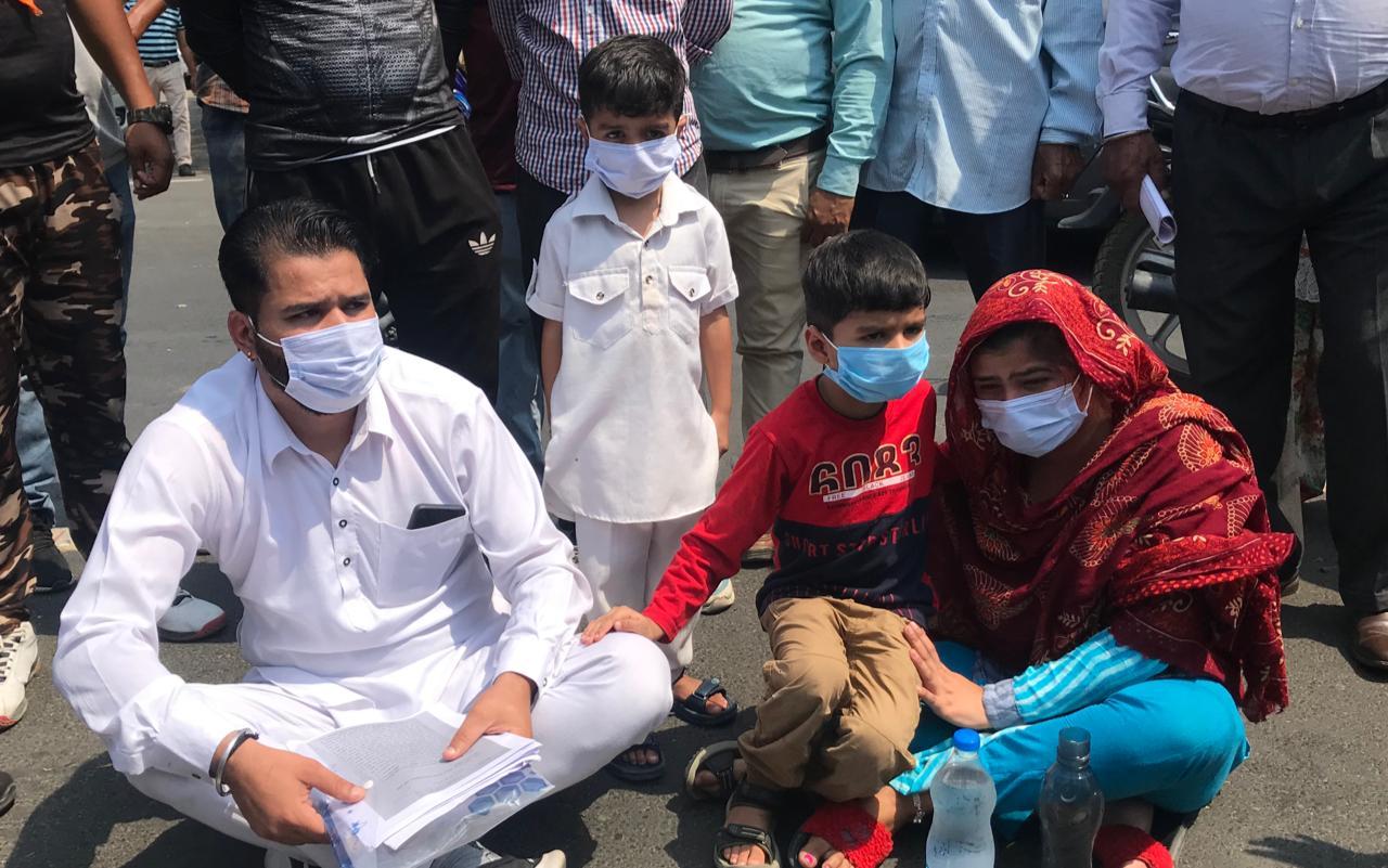 CP व ACP ऑफिस के चक्कर काटने पर नहीं हुई कार्रवाई; परेशान दंपती 2 छोटे बच्चों के साथ धरने पर बैठा, बोले- ASI ने भी बदतमीजी की जालंधर,Jalandhar - Dainik Bhaskar