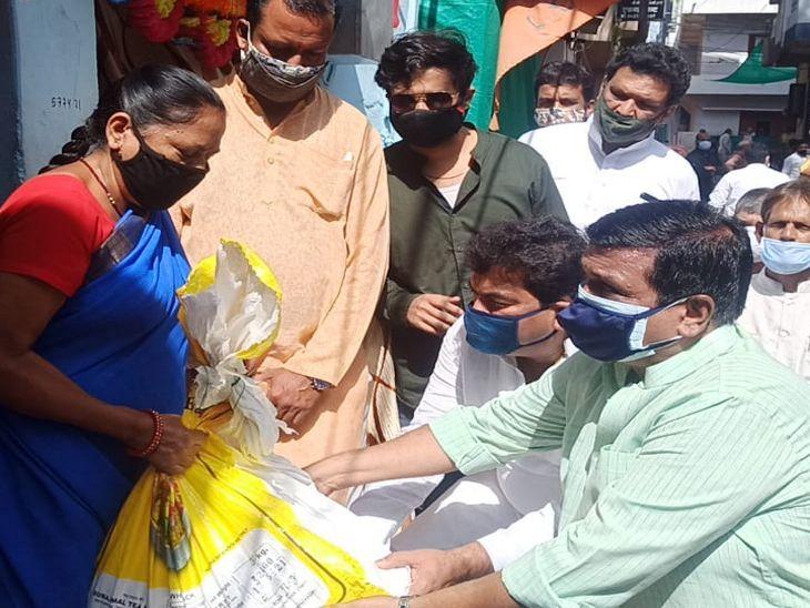 विधायक शुक्ला बोले - इंदौर अनलॉक होते ही, प्रशासन का डंडा भी अनलॉक हो गया, पहला डंडा गरीब ठेले वालों पर चला है इंदौर,Indore - Dainik Bhaskar