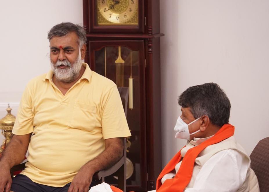 दिल्ली में केंद्रीय मंत्री प्रहलाद पटेल से मिलने पहुंचे राष्ट्रीय महासचिव कैलाश विजयवर्गीय। - Dainik Bhaskar