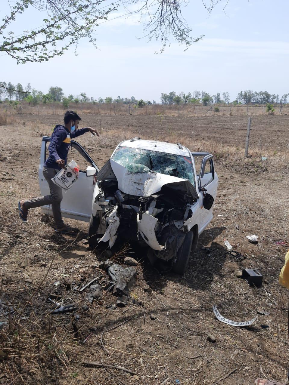 रातीबढ़ में तेज रफ्तार कार अनियंत्रित होकर पेड़ से टकराई, बेरखेड़ी गांव से रिश्तेदारी में सीहोर जा रहे थे|भोपाल,Bhopal - Dainik Bhaskar