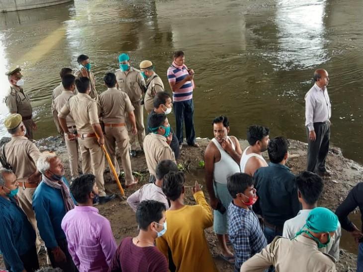 मछलियों को दाना खिलाते समय नदी में गिरा युवक, बचाने उतरे दो दोस्त डूबे; 5 घंटे से तलाश जारी; परिजनों ने लगाया जाम|आगरा,Agra - Dainik Bhaskar