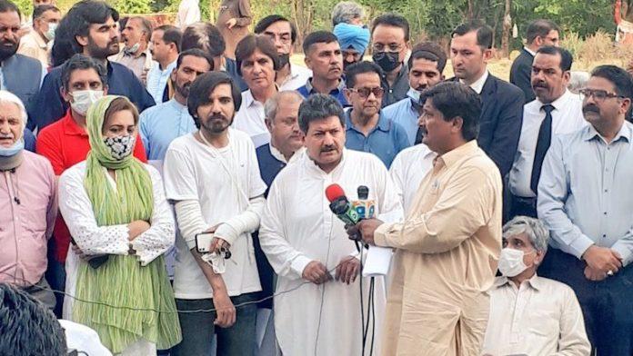 हामिद मीर ने कुछ दिनों पहले पाकिस्तान में पत्रकारों पर बढ़ते हमले के खिलाफ सभा की थी। इसमें उन्होंने पाकिस्तानी आर्मी के खिलाफ भाषण दिया था।