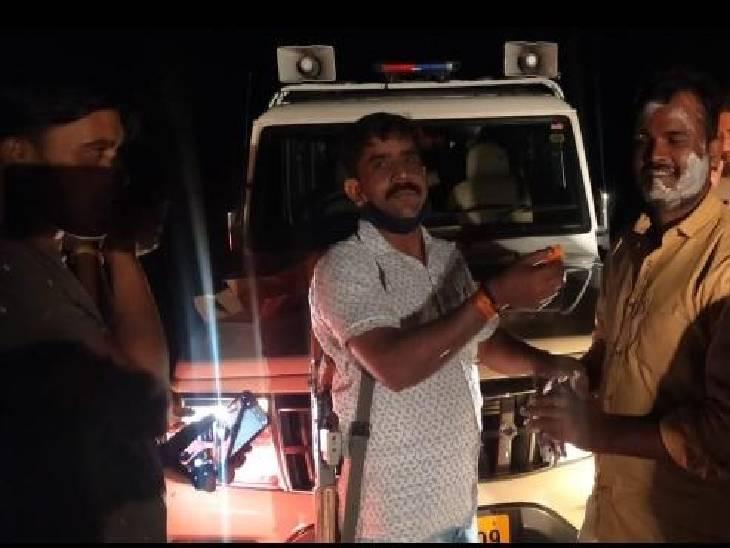 सतना के बरौंधा थाना प्रभारी आरक्षक की जन्मदिन पार्टी में मशगूल रहे, 20 हजार के इनामी डकैत का साथी पुलिस कस्टडी से फरार|रीवा,Rewa - Dainik Bhaskar