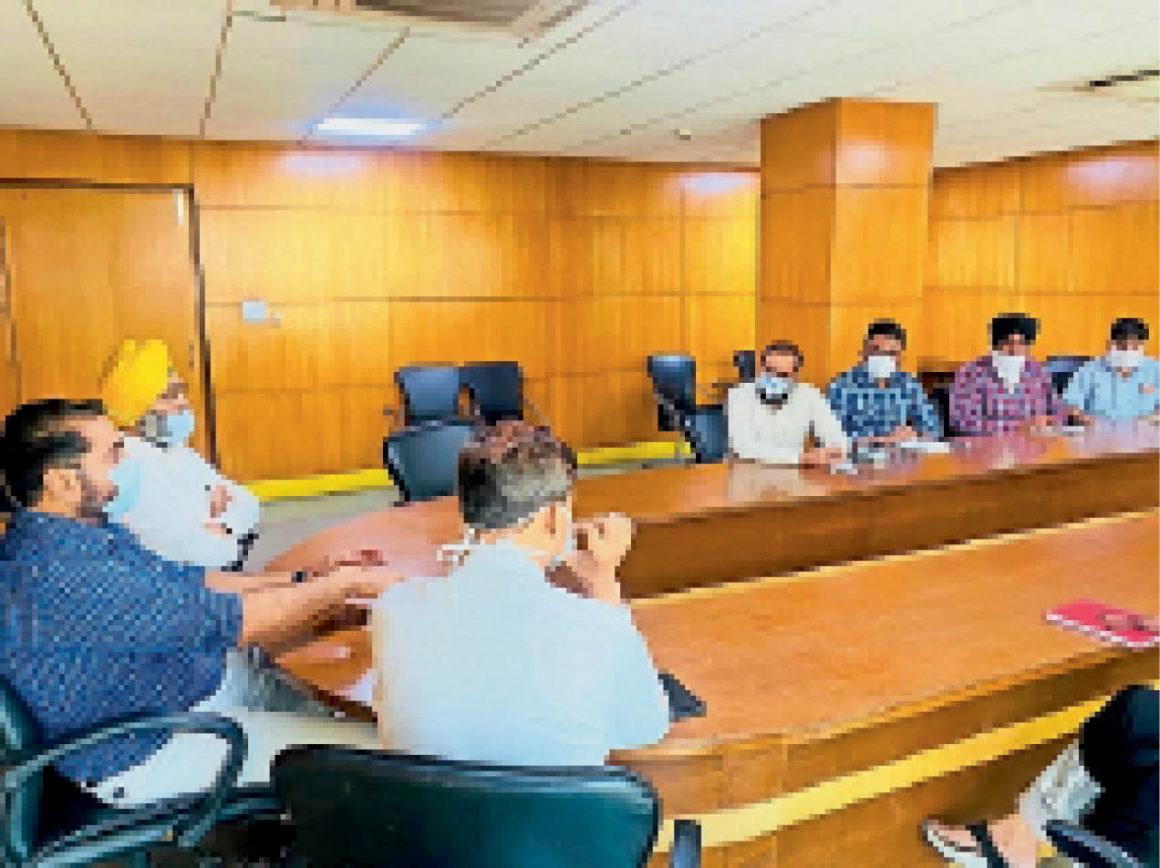 सफाई व्यवस्था गड़बड़ाई तो सेनेटरी इंस्पेक्टर होंगे जिम्मेदार; सफाई व्यवस्था को लेकर मेयर ने की नगर निगम के अफसरों के साथ|मोहाली,Mohali - Dainik Bhaskar