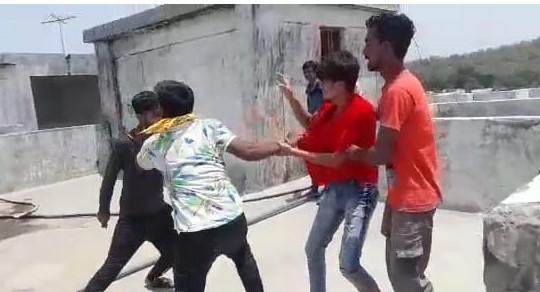 नाबालिगों ने छेड़छाड़ के आरोपी को छत पर ले जाकर पीटा; युवक बचने के लिए करता रहा मन्नते|भोपाल,Bhopal - Dainik Bhaskar