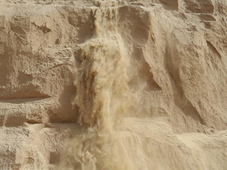 बाड़मेर में रेत के टीलों से लूज सैंड पार्टिकल हवा की गति से ऊपर उठते हैं और ज्यादा भारी पार्टिकल टकराकर नीचे की तरफ गिरते हैं।