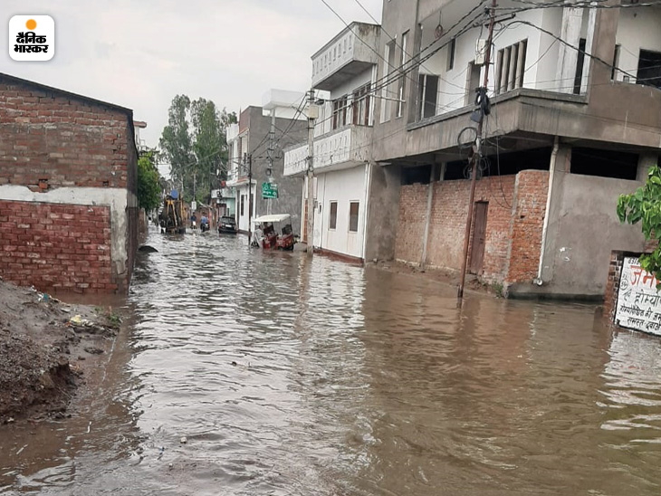 लखनऊ में बारिश के बाद कई इलाकों में पानी भर गया।