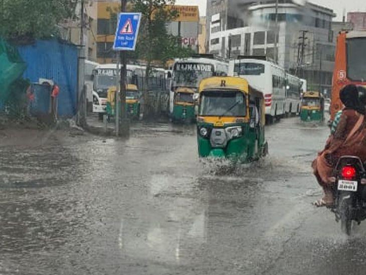 भंवरकुआं क्षेत्र से शुरू हुई बारिश ने कुछ देर में पूरे शहर को घेर लिया।