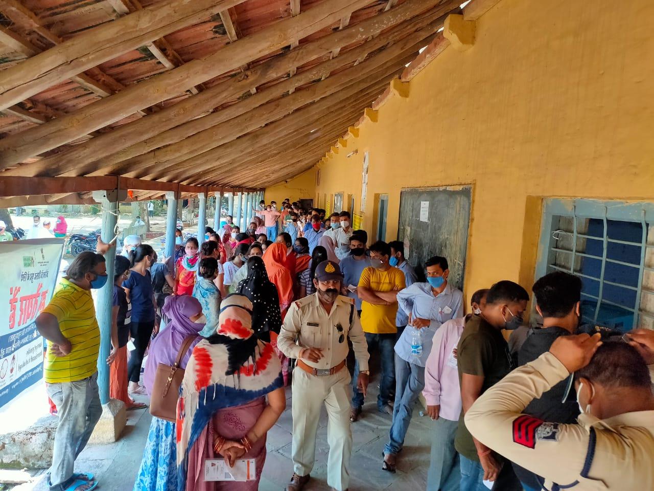 टीकाकरण केंद्र पर लगी कतार, दो-तीन घंटे बाद आया नंबर, दूसरे डोज लगवाने आई महिला को वापस भेजा|होशंगाबाद,Hoshangabad - Dainik Bhaskar