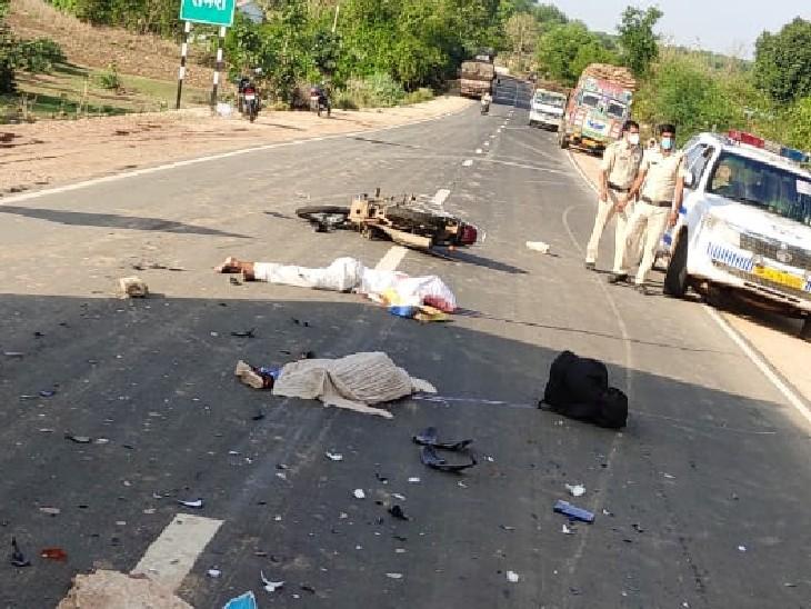 घटनास्थल पर सड़क पर पड़े शव, मौके पर पुलिस। - Dainik Bhaskar