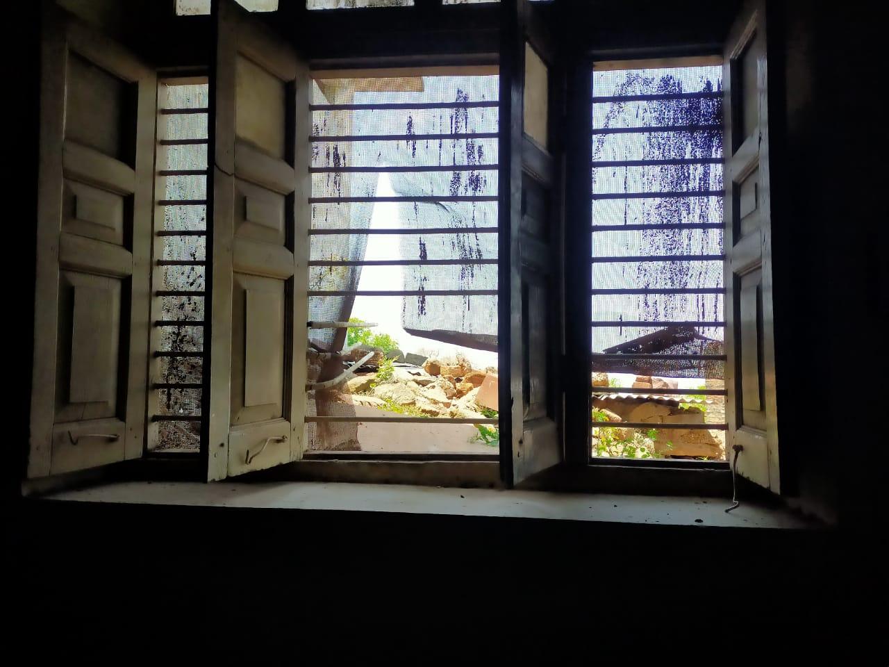 वह खिड़की जिसकी ग्रिल काटकर हुई चोरी