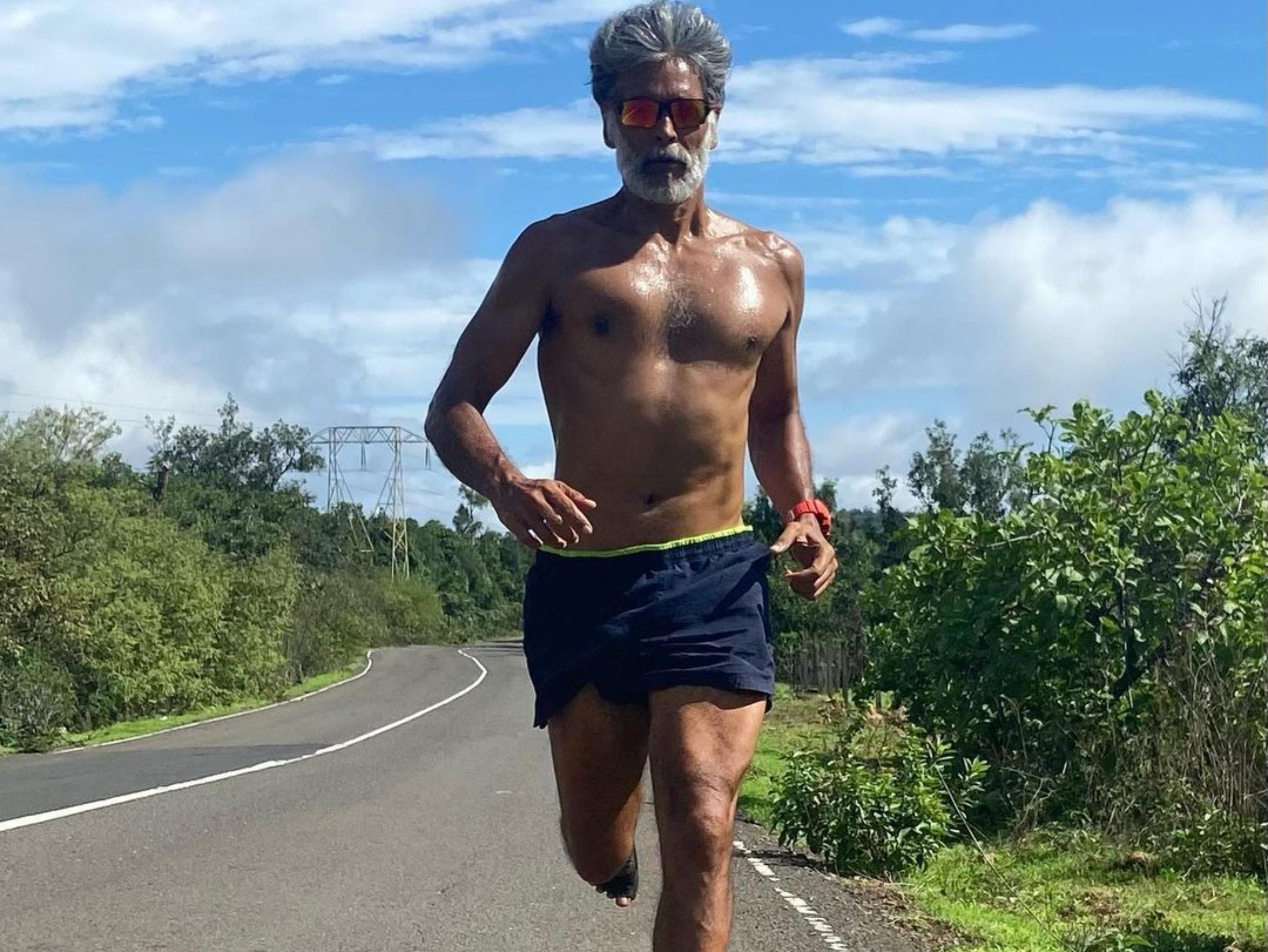 कोरोना से ठीक होकर पहली बार 10 किमी दौड़े मिलिंद सोमन, फैन्स के लिए शेयर किए 6 परफैक्ट रनिंग मंत्र|बॉलीवुड,Bollywood - Dainik Bhaskar