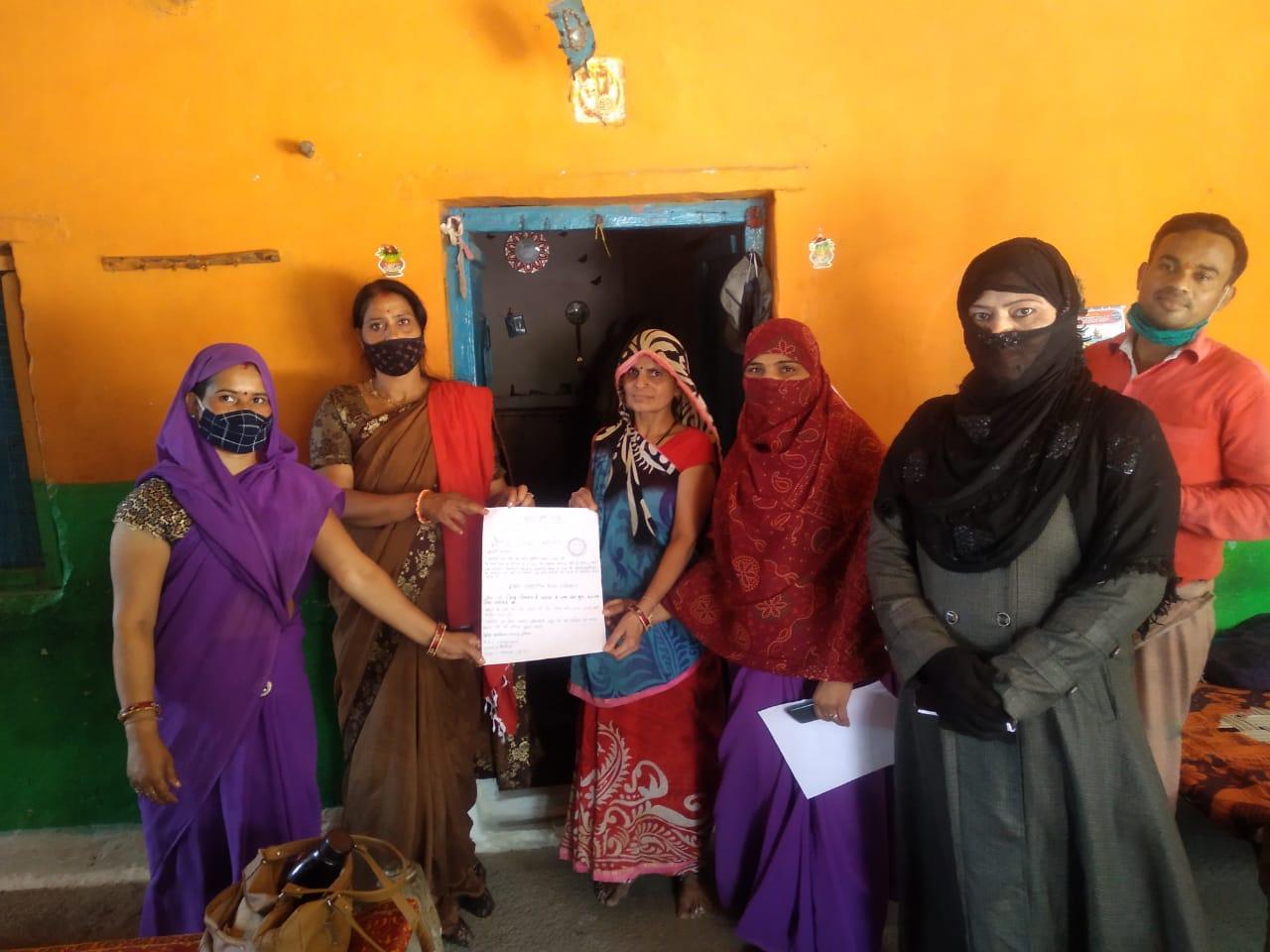 गांव में वैक्सीन लगाने पीले चावल भेज दे रहे शादी जैसा न्यौता, तो ट्रक, बस, ट्रेक्टर- ट्रॉली के पीछे कोरोना से जुड़ी शायरी लिखने का भी चल रहा अभियान|भोपाल,Bhopal - Dainik Bhaskar