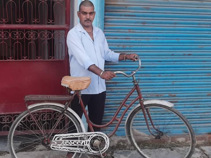 गोरखपुर के एक शख्स ने सहेजकर रखी 95 साल पुरानी साइकिल, 4 आने में बना था लाइसेंस|गोरखपुर,Gorakhpur - Dainik Bhaskar