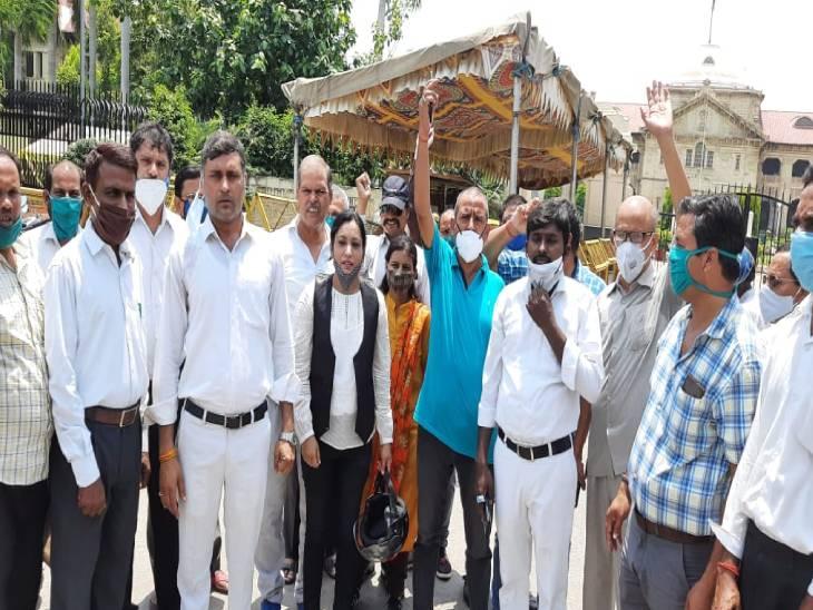 इलाहाबाद में वकीलों ने कोर्ट म - Dainik Bhaskar
