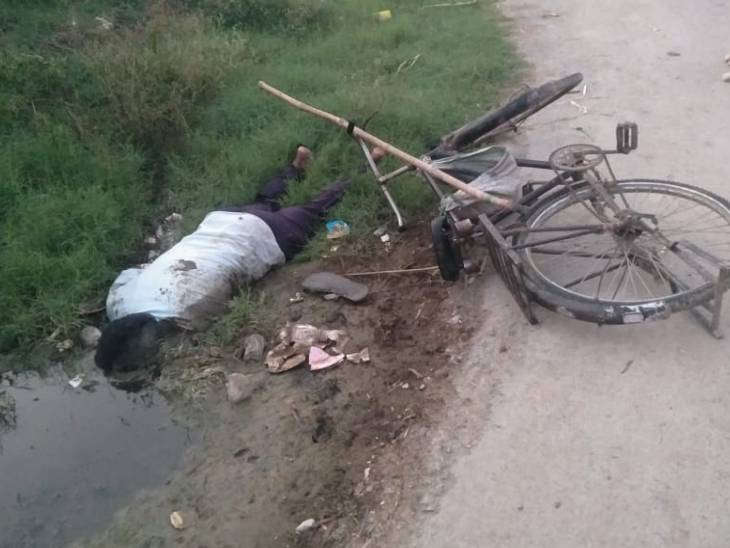 प्रयागराज में सड़क किनारे कीचड़ में औंधे मुंह गिरे युवक का शव मिला; दोस्त से मिलने घर से निकला था|प्रयागराज,Prayagraj - Dainik Bhaskar