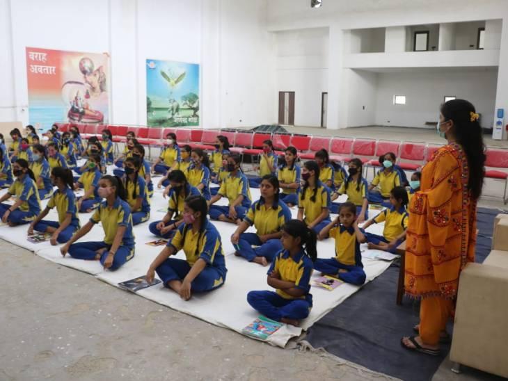 मथुरा में लगे कैंप में 70 बेटियों ने सीखे आत्मरक्षा के गुर; साध्वी ऋतंभरा ने जियो और जीने दो का दिया मंत्र मथुरा,Mathura - Dainik Bhaskar