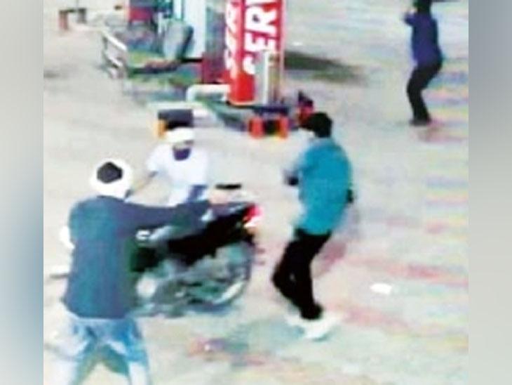 हिसार में पेट्रोल पंप पर कर्मचारी से मारपीट कर 40 हजार रुपए ले भागे, घटना CCTV में कैद|हरियाणा,Haryana - Dainik Bhaskar
