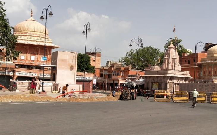 जयपुर के छोटी चौपड़ पर बेरिकेट्स लगाकर बंद किया रास्ता।