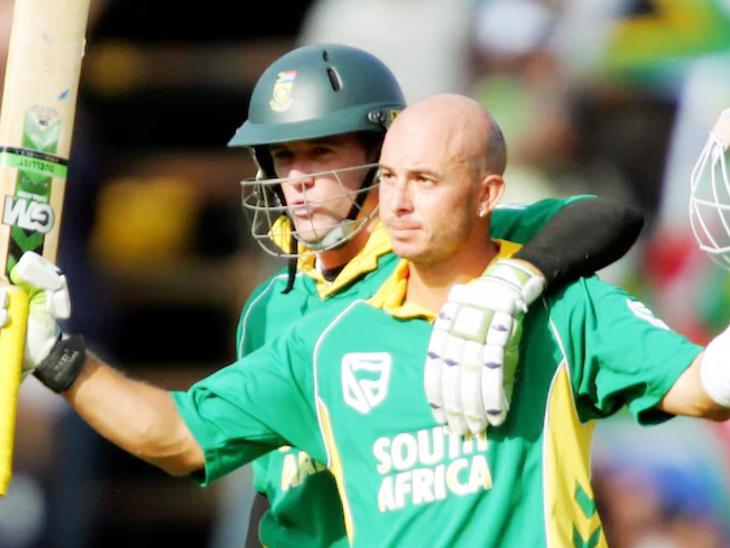 2006 में जोहानिसबर्ग में ऑस्ट्रेलिया के खिलाफ गिब्स ने 175 रन की पारी खेली। शतक के बाद गिब्स को बधाई देते एबी डिविलियर्स।