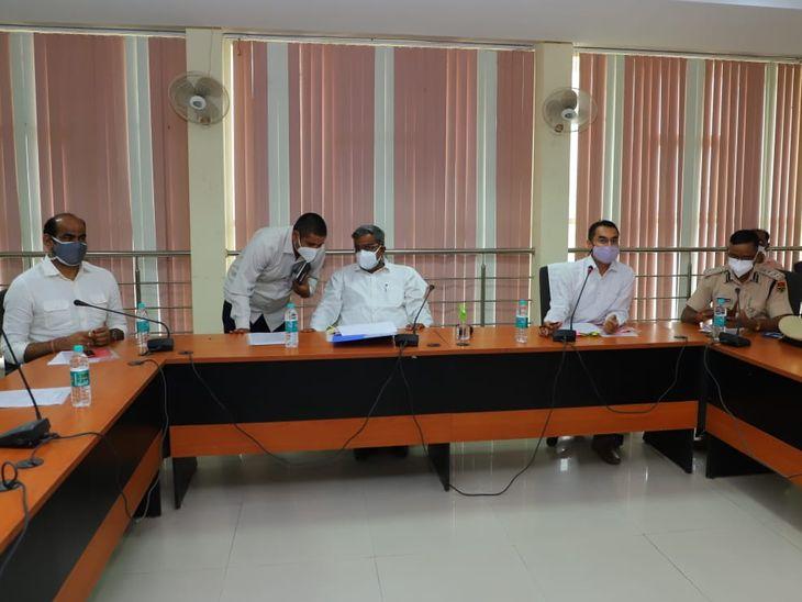 बैठक में मौजूद प्रभारी मंत्री - Dainik Bhaskar