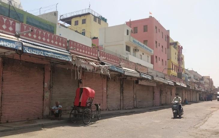 जयपुर के जनता मार्केट में बंद मार्केट। आज दिन में 11 बजे बंद हुआ बाजार अब सोमवार सुबह 6 बजे ही खुलेगा।