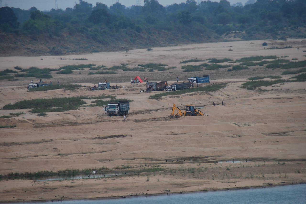 नर्मदा नदी में जेसीबी से निकाली जा रही रेत। - Dainik Bhaskar