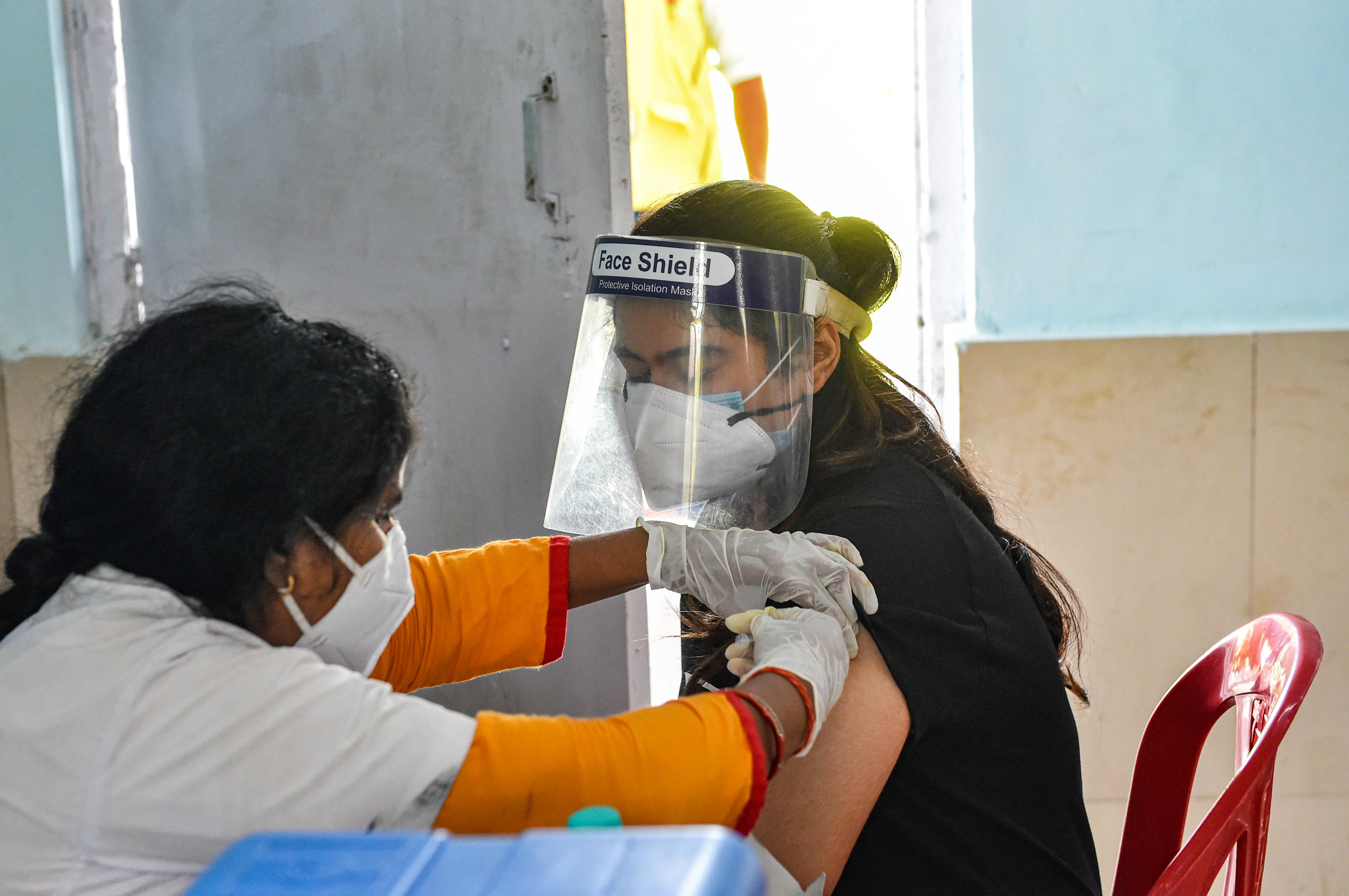 लखनऊ के केडी सिंह बाबू स्टेडियम में कोरोना वैक्सीन ड्राइव चलाई गई।